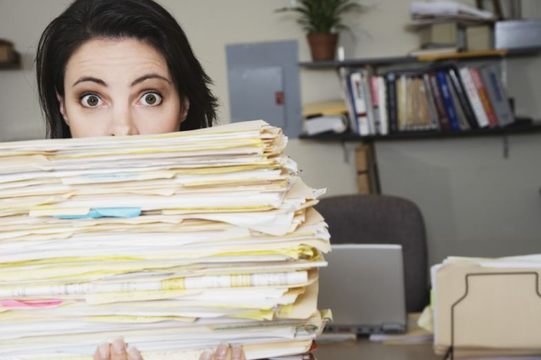 mulher-organizando-documentos-6820